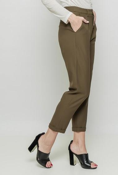 Pantalon chic fluide, poches. La mannequin mesure 177 cm et porte du M