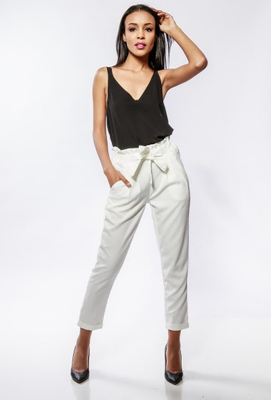 Pantalon fluide à taille élastique, ceinture, poches. La mannequin mesure 170cm et porte du S
