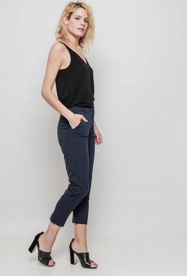 Cigarette pants, pockets, mini slits, urban look. The mannequin measures 177 cm and wears M
