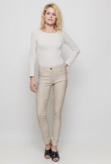 Pantalon avec poches, coupe slim, effet craquelé. La mannequin mesure 177 cm et porte du M