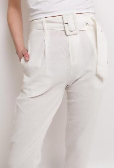 Pantalon taille haute, ceinture. La mannequin mesure 177cm et porte du M