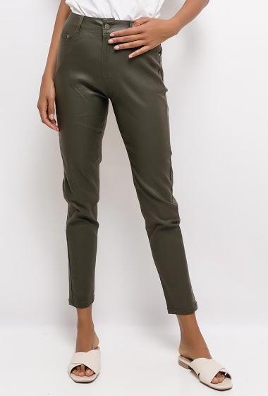 Pantalon coupe slim. La mannequin mesure 172cm et porte du M