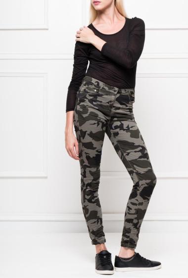 Pantalon à motif camouflage avec poches, effet froissé