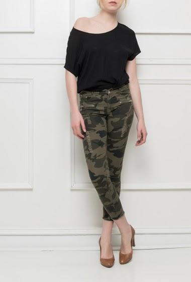 Pantalon camouflage, bords bruts, coupe skinny