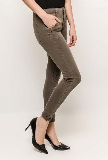 Pantalon en coton. La mannequin mesure 177cm et porte du S/36