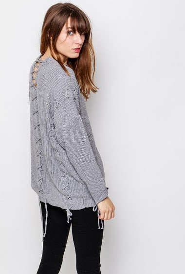 Lace-up sweater, loose fit. The model measures 178cm, one size corresponds to 38-40