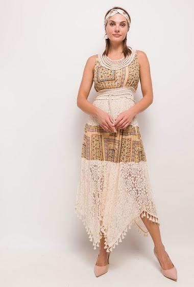 Robe longue avec empiècement imprimé, dentelle. La mannequin mesure 175cm