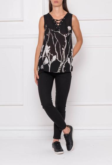 Sleeveless top in printed net, V neck with lacing