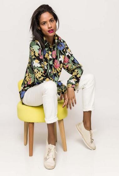 Chemise avec fleurs imprimées. La mannequin mesure 177cm et porte du M