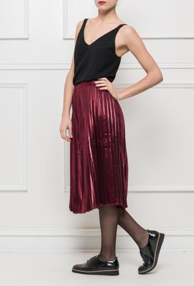 Jupe mi-longue en satin brillant, zip sur le côté, idéale pour les fêtes