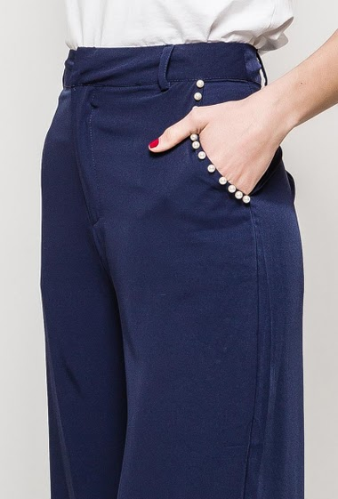 Wide leg pants with pockets decorated with pearls. The model measures 177cm and wears M