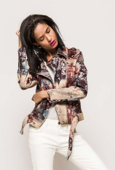 Suede jacket, printed flowers, belt, pockets. The model measures 177cm and wears M
