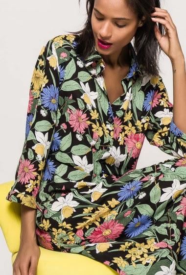 Robe chemise longue, fleurs imprimées, manches 3/4. La mannequin mesure 177cm et porte du M