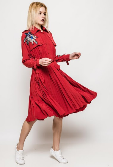 Pleated dress, long sleeves, embroideries. The model measures 172cm, one size corresponds to 10/12. Length:118cm