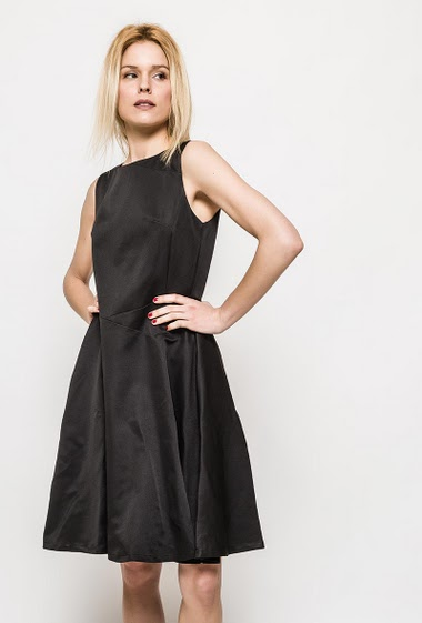 Sleeveless dress, pockets. The model measures 177cm and wears M. Length:100cm