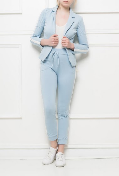 Set with jacket and matching jogger pants with contrasting band, pockets, elastic waist