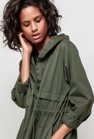 Parka en coton, capuche, poches, cordon de serrage. La mannequin mesure 177cm, TU correspond à 38-40