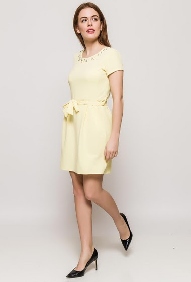 Dress with short sleeves. The model measures 173cm, one size corresponds to 10/12. Length:85cm