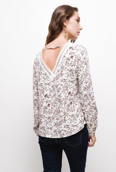 Floral blouse, Blouse with embroideries on back.The model measures 177cm and wears S. Length:60cm