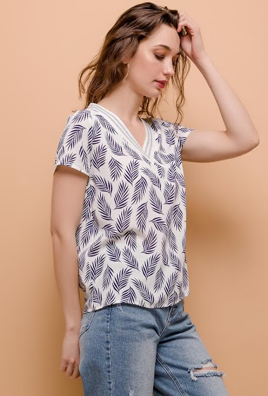 Printed blouse, shiny V neck, short sleeves. The model measures 177cm and wears S. Length:61cm