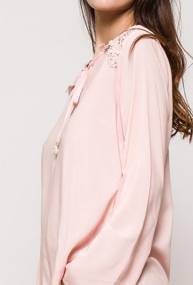 Long sleeve blouse, pearls. The model measures 176cm and wears S. Length:64cm