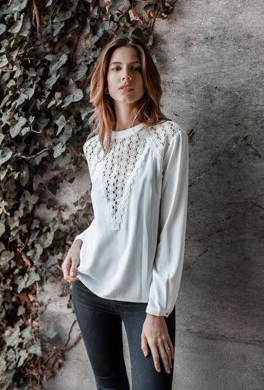 Blouse in lace,La mannequin mesure 177cm and wears S. Length:62cm