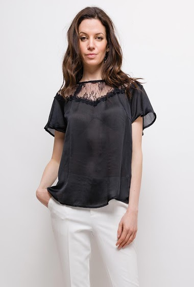 Silky blouse, lace detail, short sleeves. The model measures 177cm and wears S. Length:55cm