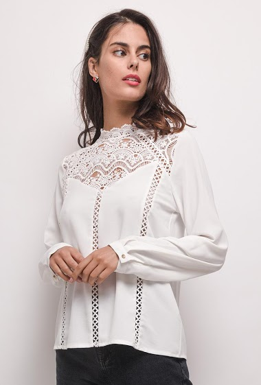 Blouse with lace. The model measures 176 cm and wears S. Length:64cm