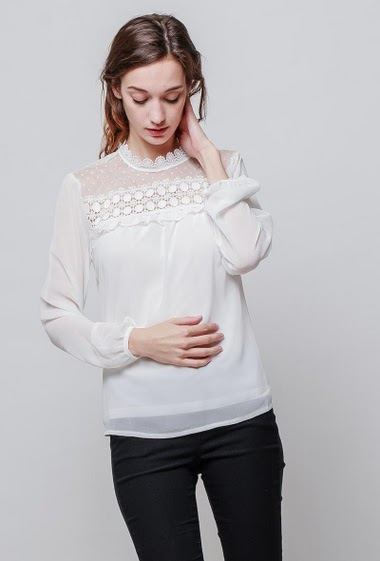 Light blouse, lace yoke, fluid fabric, ruffle detail, transparent long sleeves, regular fit. The model measures 177cm and wears S