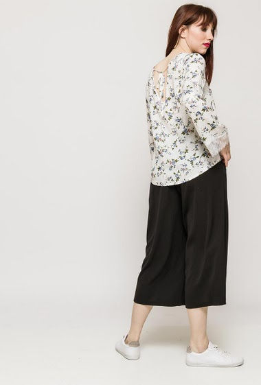 Blouse with printed flowers, long sleeves, lace border. The model measures 174cm and wears S