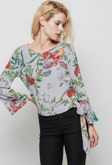 Blouse with printed flowers and stripes, flared long sleeves, tie side, regular fit. The mannequin measures 177 cm and wears S