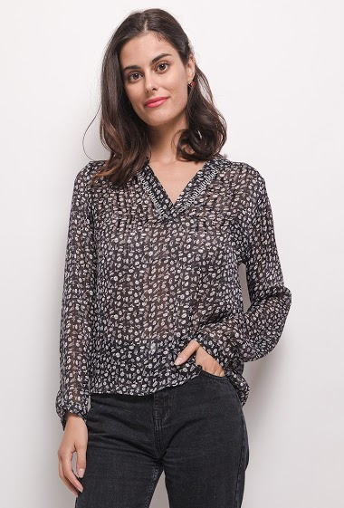 Blouse with lace. The model measures 176 cm and wears S. Length:61cm