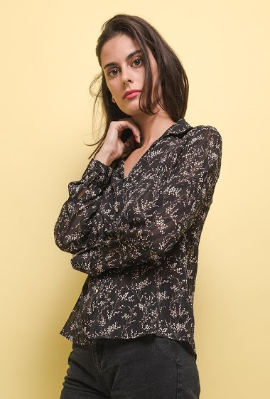 Printed shirt. The model measures 176 cm and wears S. Length:62cm