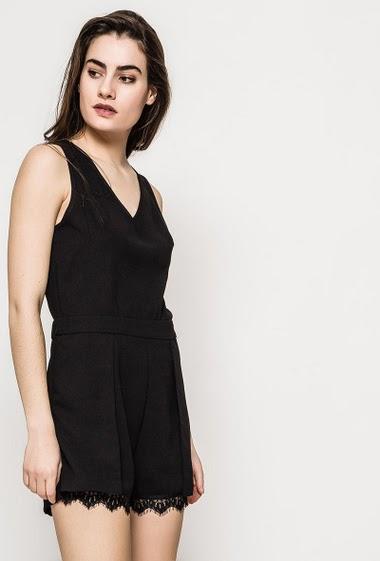 Combishort féminine sans manches, détail en dentelle, dos zippé. La mannequin mesure 172cm et porte du S. Longueur:80cm