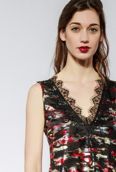 Tank top with military pattern, V neck with lace border, regular fit, stretch fabric. The model measures 177cm and wears S