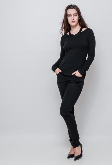 Soft knitted sweater, collar with cut-out. The model measures 176cm and wears S/M