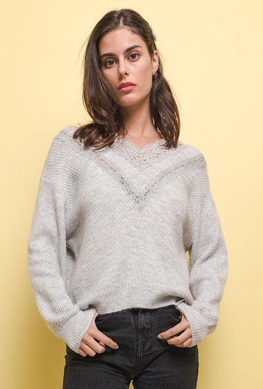 Sweater with lace. The model measures 176 cm, one size corresponds to 10/12(UK) 38/40(FR). Length:60cm