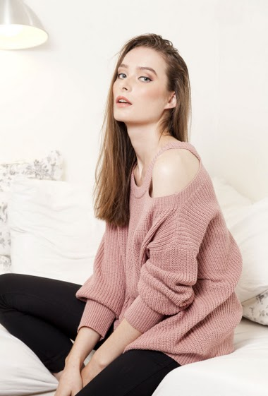 Ribbed knitted sweater, cut-out, long sleeves, casual fit. The mannequin measures 177 cm, TU corresponds to 38-40