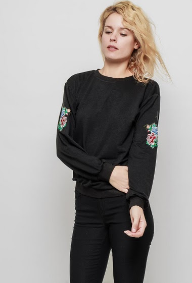 Fine fleece sweater, embroidered flowers, casual fit. The mannequin measures 177 cm and wears S