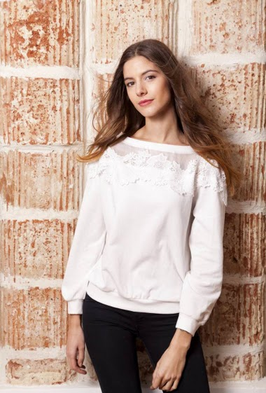 Sweatshirt with lace, casual fit. The model measures 177cm and wears S