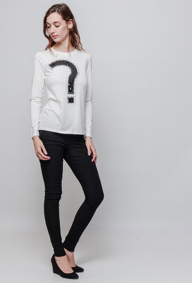 Cotton t-shirt with question mark with sequins, long sleeves. The model measures 177cm and wears S