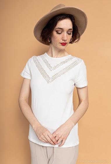 T-shirt à manches courtes. La mannequin mesure 177cm et porte du S. Longueur:62cm