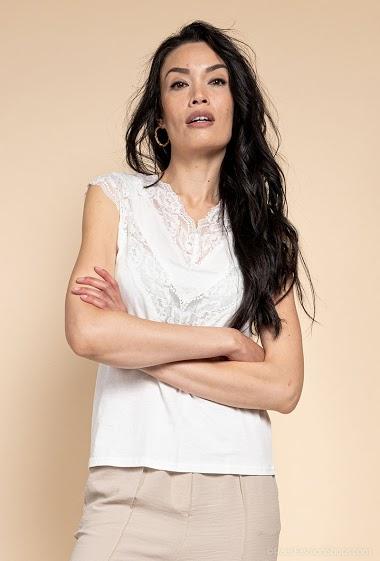 T-shirt avec dentelle. La mannequin mesure 182cm et porte du S. Longueur:62cm
