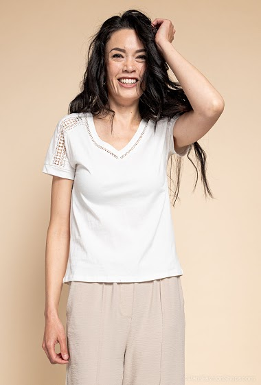 T-shirt avec dentelle. La mannequin mesure 182cm et porte du S. Longueur:60cm
