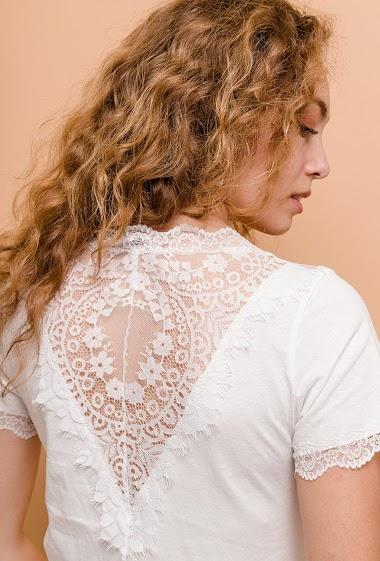 T-shirt féminin. La mannequin mesure 171cm et porte du S. Longueur:61cm