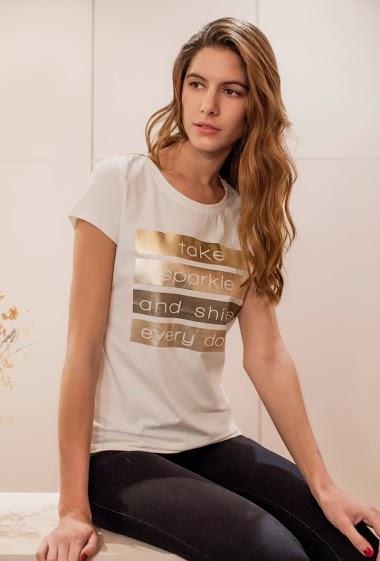 T-shirt à manches courtes avec message : take sparkle and shine every day. La mannequin mesure 178cm et porte du S. Longueur:60cm