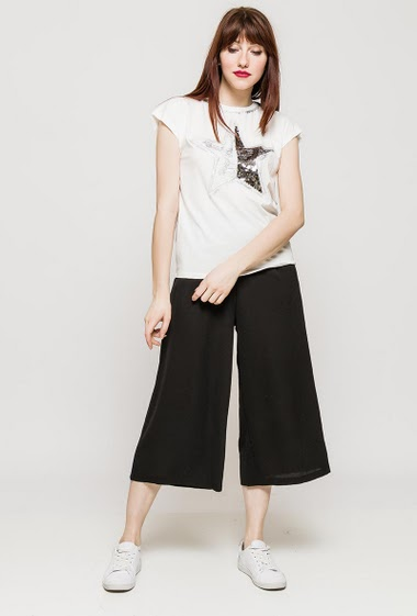 T-shirt with short sleeves, lace, sequins and glitter. The model measures 174cm and wears S