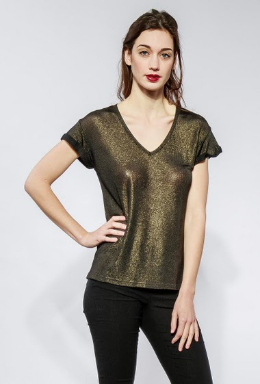 Shiny t-shirt with short sleeves. The model measures 177cm and wears S