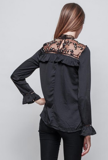 Blouse with embroidered lace and pearls, button back, ruffles, long sleeves, regular fit, silky touch. The model measures 180 cm and wears S