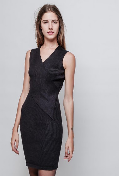 Ribbed sleeveless dress, V neck, close fit. The model measures 180 cm, one size corresponds to 38/40